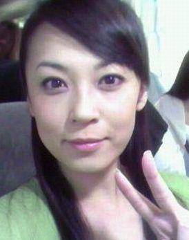 ピース姿の佐藤仁美さん